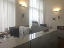 Büro KOL-E-10: Sicht in den Raum hinein von der Eingangstüre aus. Höhe der Theke: 109 cm.  Unser Beratungsgesprächszimmer ist KOL-E-9.