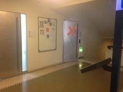 Büro KOL-E-10: Sicht auf die Eingangstüre der Fachstelle (mit rotem Kreuz markiert).