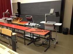 Hörsaal KOL-E-21: Elektrisch höhenverstellbarer Tisch.