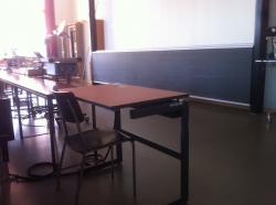 Hörsaal KOL-F-104: Spezieller, elektrischer Tisch (Blick in Richtung Wandtafel rechts, erste Reihe)