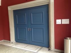 Hörsaal KOL-F-104: Breite Eingangstüre.