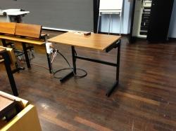 Hörsaal KOL-F-118: Spezieller, elektrisch höhenverstellbarer Tisch ganz vorne rechts.