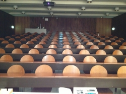 Hörsaal Y03-G-85: Sicht vom Dozentenpult aus in Richtung Haupteingänge