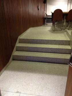 Hörsaal Y03-G-85: Gleich nach der Haupteingangstüre gibt es eine kurze Treppe.