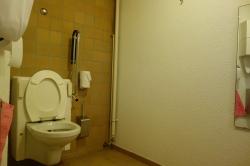 Rollstuhl-WC Y63-E-02: Das Rollstuhl-WC vom Eingang her. An der linken Wand ist der Alarm-Knopf angebracht (nicht auf dem Bild). Ganz oben in der Mitte des Bildes sieht man den Kleiderhaken.