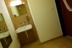 Rollstuhl-WC Y63-E-02: Das Rollstuhl-WC von der Toilette her. Rechts im Bild ist die rote Eingangstür zu sehen.
