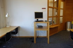 Y63-E, Bibliothek: Die Recherche-Station im Raum F-02, dahinter der Raum F-03.